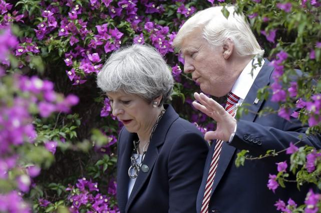 La première ministre britannique Theresa May et le... (Photo Luca Bruno, AP)