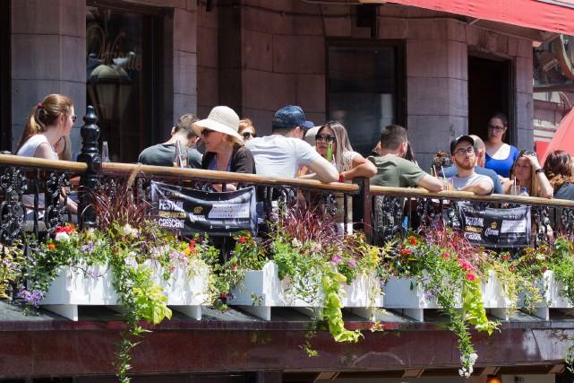 Le beau temps attire les Montréalais sur les... (PHOTO SIMON GIROUX, LA PRESSE)