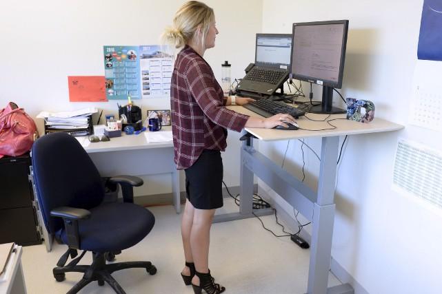 Les premiers postes de travail assis-debout ont fait... (Le Soleil, Yan Doublet)