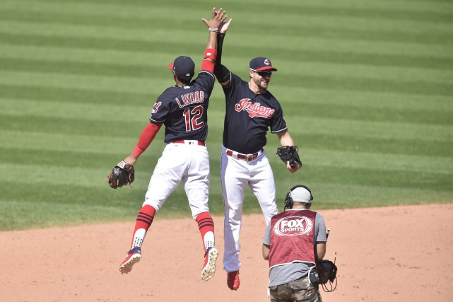 Francisco Lindor (12) et Lonnie Chisenhall (8) célèbrent... (Photo  David Richard, USA TODAY Sports)