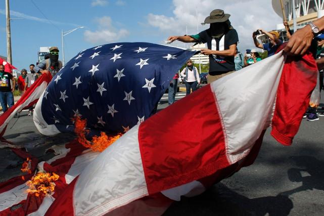 Des manifestants brûlent le drapeau des États-Unis le... (PHOTO AFP)