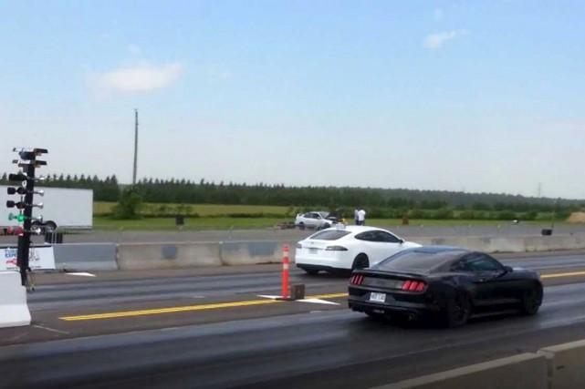 Dimanche, le Club Tesla Québec et Cars & Coffee Québec ont organisé une séance... (Capture d'écran)