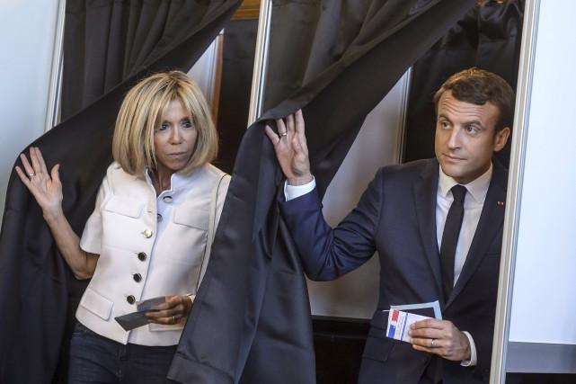 Le président français Emmanuel Macron et sa femme... (AFP, Christophe Petit Tesson)
