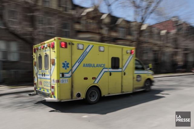 La victime a rapidement été transportée en ambulance... (Archives La Presse)