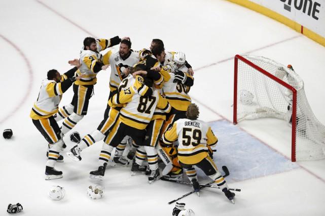 Les Penguins deviennent la première équipe depuis les... (Associated Press)