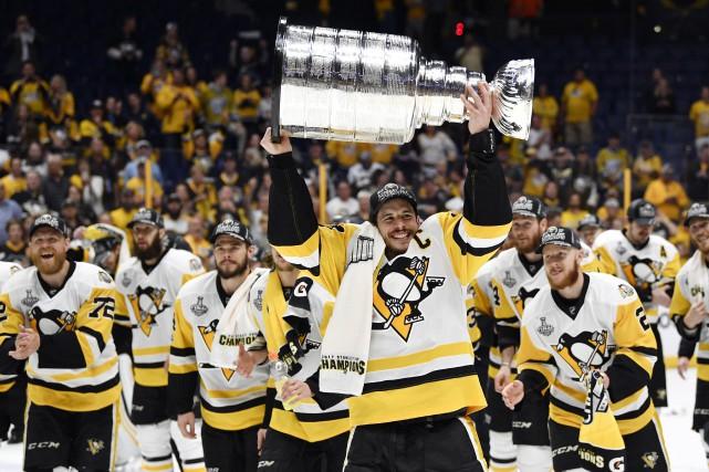 Sidney Crosby soulève la Coupe Stanley pour une... (PHOTO REUTERS)
