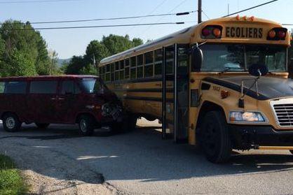 Un autobus scolaire a été impliqué dans une collision avec une voiture lundi... (Courtoisie, Sécurité publique de la MRC des Collines)