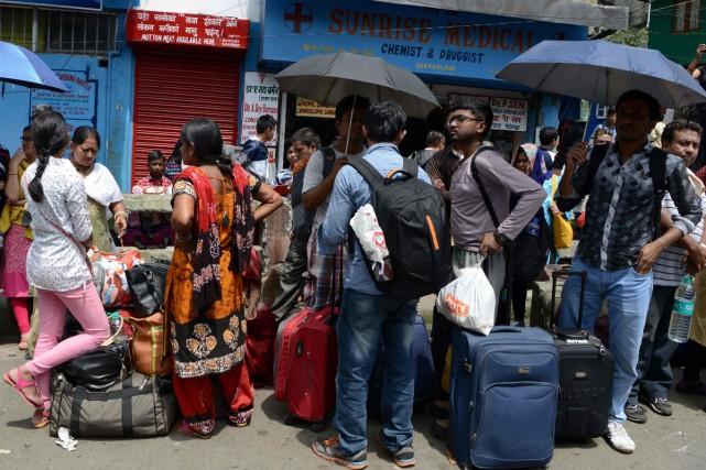Des milliers de touristes fuyaient lundi la station de montagne indienne de... (PHOTO AFP)