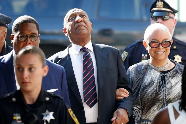 Bill Cosby est accompagné de sa femme Camille... (PHOTO REUTERS)