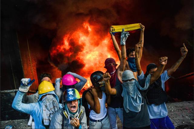 Des manifestants, encagoulés, ont lancé des pierres et... (PHOTO AP)