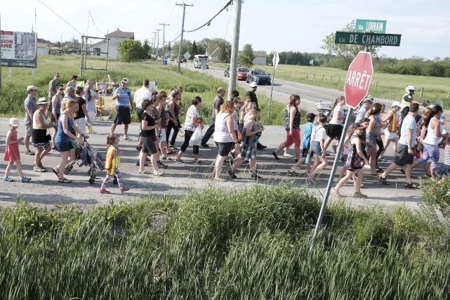 Près de 200 personnes ont pris part lundi... (Patrick Woodbury, Le Droit)