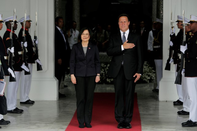 La présidente taïwanaise Tsai Ing-wen et le président... (ARCHIVES REUTERS)