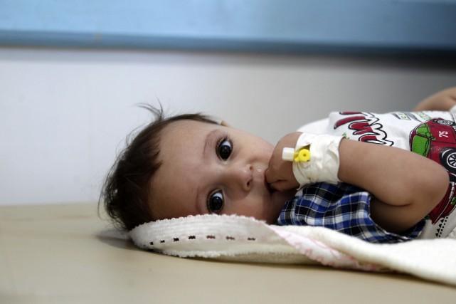 Un enfant suspecté d'avoir contracté le cholera est... (Photo Mohammed Huwais, Agence France-Presse)