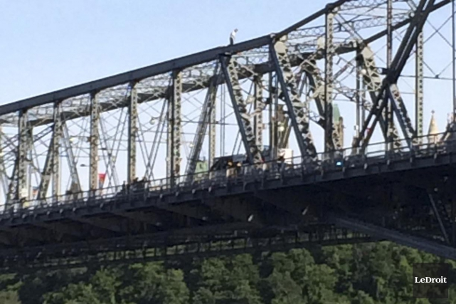 Un homme est monté sur la structure du pont Alexandra mardi soir, entre Ottawa... (Louis-Denis Ebacher, Le Droit)