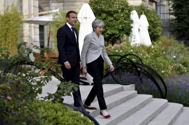 Le président français, Emmanuel Macron, etla première ministre... (AP, Thibault Camus)