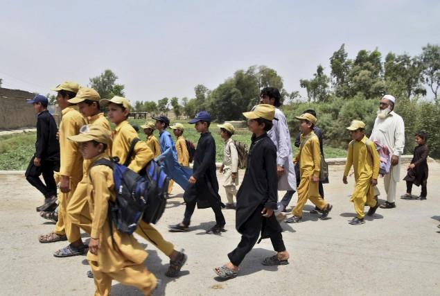 Gulzar Khan (à droite), 57 ans, accompagne quelques-uns... (AFP, Abdul Majeed)