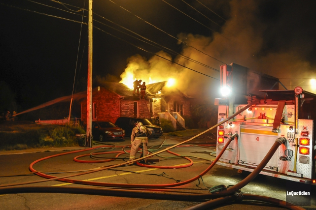 Environ 25 pompiers ont travaillé à sortir la... (Photo Le Quotidien, Gimmy Desbiens)