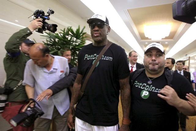 Dennis Rodman portait un tee-shirt noir faisant la... (AP, Kim Kwang Hyon)