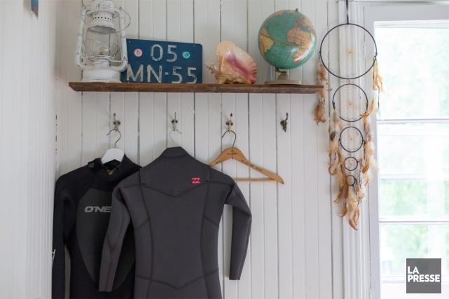 Ces deux combinaisons de surf attendent patiemment d'être... (PHOTO OLIVIER JEAN, LA PRESSE)