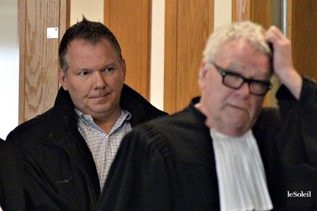 Denis Ayotte et son avocat, Michel Roberge... (Photothèque Le Soleil, Patrice Laroche)