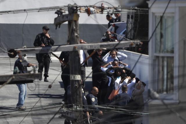 Les employés sont évacués du bâtiment.... (Photo Stephen Lam, REUTERS)
