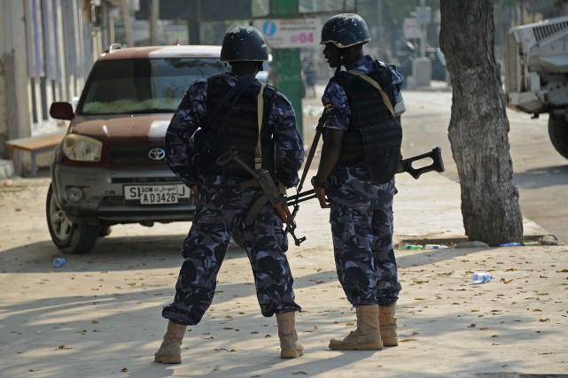 Un kamikaze a fait exploser mercredi un véhicule contre un restaurant fréquenté... (Photo Mohamed Abdiwahab, archives Agence France-Presse)