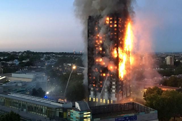 Un énorme incendie qui s'est déclaré au cours... (AFP, Natalie Oxford)