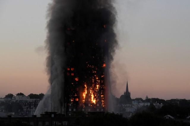 Un incendie a dévasté une tour de logements... (PHOTO REUTERS)