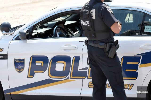 Un individu a été arrêté par les policiers... (Archives le Quotidien, Rocket Lavoie)