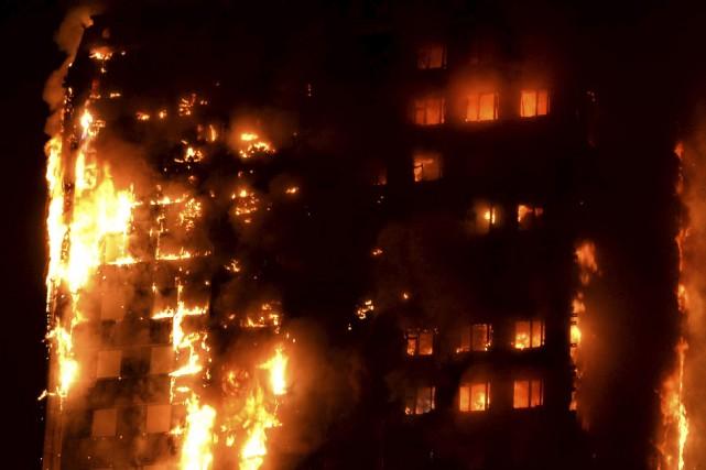 L'incendie qui a ravagé dans la nuit de... (AFP, Giulio Thuburn)