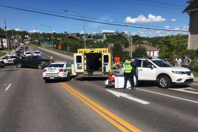 La collision implique une camionnette et un véhicule... (Photo courtoisie)