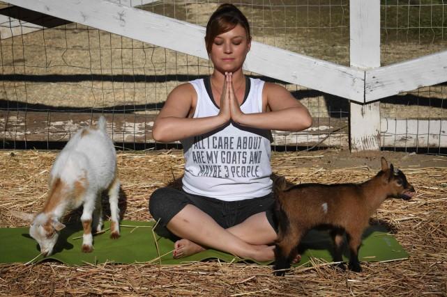 Adonna Ebrahimi est étirée de tout son long sur son tapis de yoga, essayant... (PHOTO AFP)