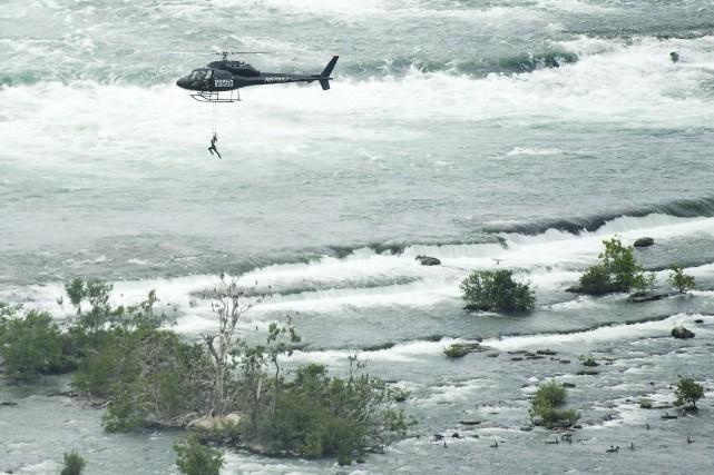 Suspendue par un fil au-dessus des chutes du Niagara, reliée à un hélicoptère... (Photo Nathan Denette, PC)