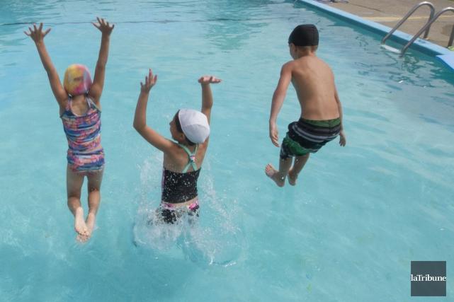 La grande majorité des 12 piscines publiques extérieures ainsi que les deux... (Archives La Tribune, René Marquis)