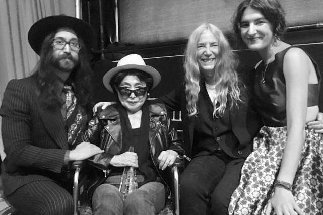 Sean Lennon et sa mère Yoko Ono (assise)... (Photo tirée de la page Facebook)