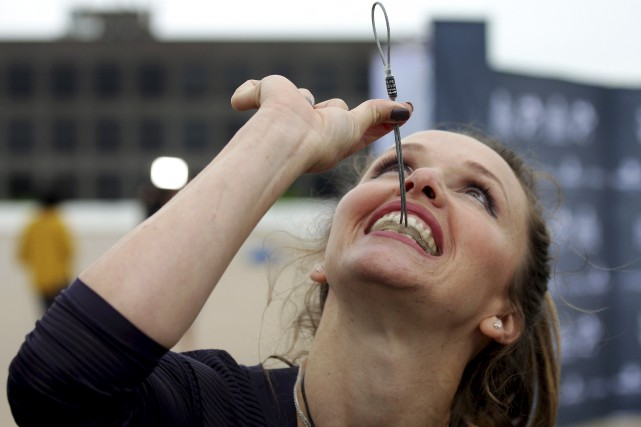 La trapéziste Erendira Vasquez Wallenda montre la pièce... (La Presse canadienne, Colin Perkel)
