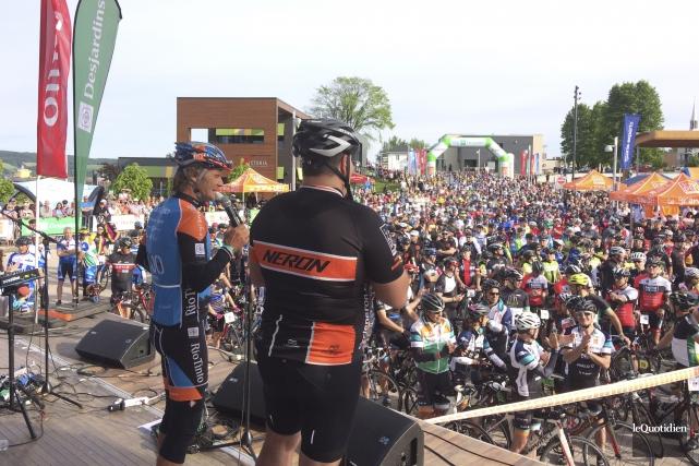 Pierre Lavoie s'est adressé aux participants et aux... (Photo Le Quotidien, Jonathan Hudon)