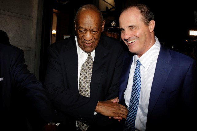 Bill Cosby et son avocat Brian McMonagle à... (PHOTO REUTERS)