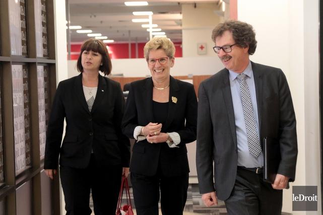 La première ministre Kathleen Wynne en compagnie dela... (Etienne Ranger, Le Droit)