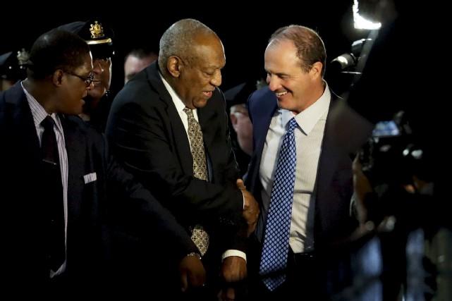 Bill Cosby serre la main de son avocatBrian... (AP, Matt Slocum)