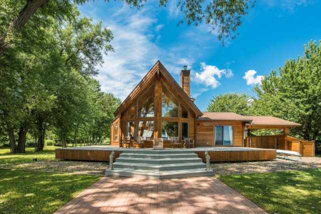 Du côté lac, la maison dispose d'une grande... (Photo fournie par Sotheby's Realty International Québec)