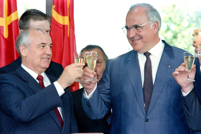 Le président soviétique Mikhail Gorbachev et le chancelier... (AFP)