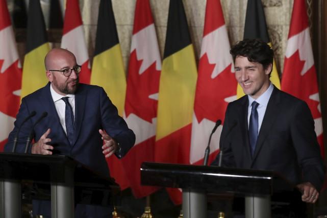 Les premiers ministres belge, Charles Michel, et canadien,... (AFP, Lars Hagberg)