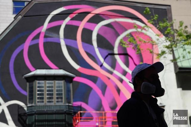 La vedette du Festival Mural, l'artiste 1010, termine... (PHOTO MARTIN CHAMBERLAND, LA PRESSE)