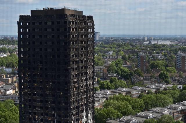 Au Royaume-Uni, le revêtement extérieur récemment installé sur... (PHOTO CHRIS RATCLIFFE, AFP)