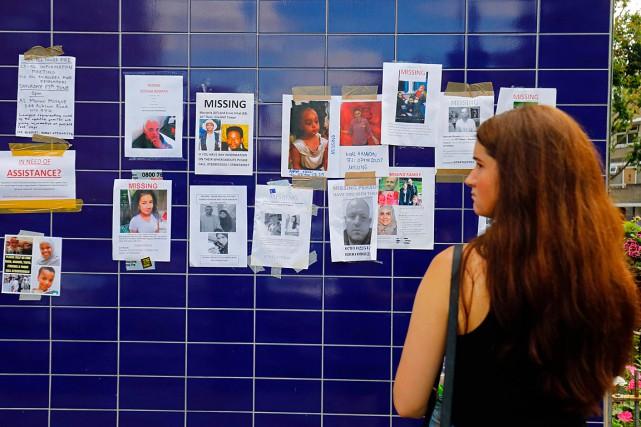 Une femme regarde des affiches des personnes portées... (Photo Tolga AKMEN, Agence France-Presse)