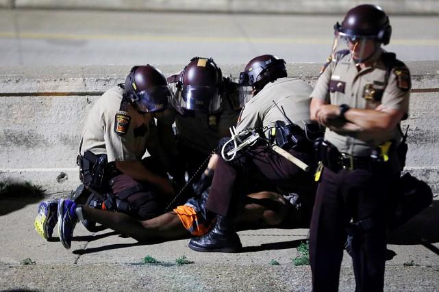 Des policiers procèdent à l'arrestation d'un manifestant sur... (Photo Adam Bettcher, REUTERS)