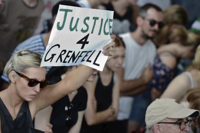 Samedi encore, des manifestants ont brandi des pancartes... (AFP, Chris J. Ratcliffe)