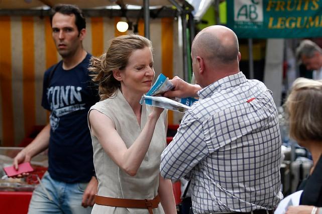 Nathalie Kosciusko-Morizet distribuait des tracts sur un marché... (PHOTO GEOFFROY VAN DER HASSELT, AGENCE FRANCE-PRESSE)