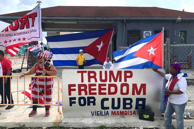 Des résidants de Miami ont démontré leur soutien... (Photo Bernie Woodall, REUTERS)